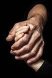 Mains d'un homme plus âgé tenant la main d'un plus jeune homme Images libres de droits