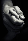 Mains d'un homme plus âgé tenant la main d'un plus jeune homme Image stock