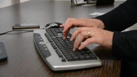 Mains d'un homme travaillant à l'ordinateur banque de vidéos