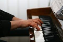 Mains d'un joueur de piano Photos stock