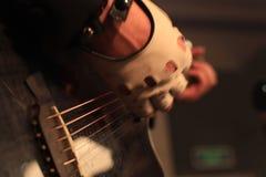 Mains d'un musicien de roche avec la guitare électrique acoustique Photographie stock libre de droits