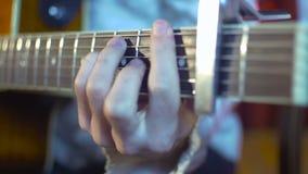 Mains d'un musicien jouant la guitare acoustique banque de vidéos