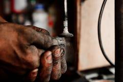 Mains d'un ouvrier Photographie stock libre de droits