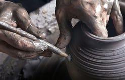Mains d'un potier Image stock