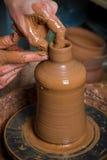 Mains d'un potier Images stock