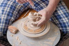 Mains d'un potier Photo libre de droits