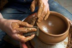 Mains d'un potier, produisant un choc de terre Photo libre de droits