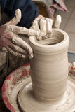 Mains d'un potier, produisant un choc de terre Image stock