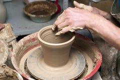 Mains d'un potier, produisant un choc de terre Photographie stock