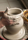 Mains d'un potier, produisant un choc de terre Photographie stock libre de droits