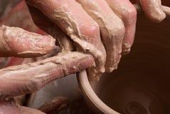 Mains d'un potier, produisant un choc de terre Photos libres de droits