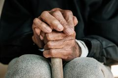 Mains d'un vieil homme avec froiss? image libre de droits