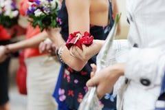 Mains d'une femme complètement des pétales roses Image libre de droits
