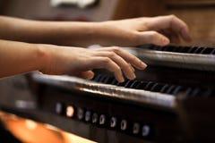 Mains d'une femme jouant l'organe image libre de droits