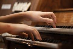 Mains d'une femme jouant l'organe photographie stock