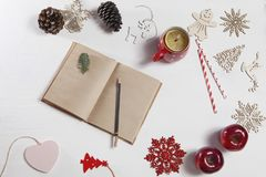 Mains d'une femme qui va dessiner par le crayon dans le carnet Sur la table il y a une tasse de thé avec le citron, flocon de nei Image stock