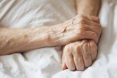 Mains d'une femme supérieure sur la canne Fermez-vous vers le haut de la photo Images libres de droits