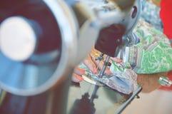 Mains d'une femme travaillant dans un atelier de couture Image libre de droits