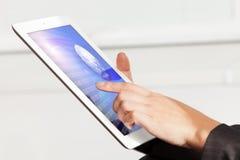 Mains d'une jeune fille travaillant sur l'ordinateur portable Images stock