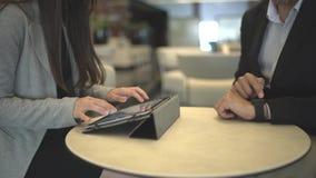 Mains d'une réunion d'affaires utilisant un comprimé avec la stat banque de vidéos