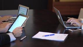 Mains d'une réunion d'affaires utilisant un ordinateur portable avec la stat banque de vidéos