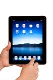 Mains d'utilisateur d'ordinateur de tablette d'IPad Image libre de droits
