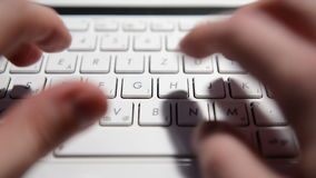 Mains dactylographiant le texte sur un ordinateur portable banque de vidéos