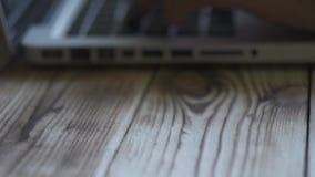 Mains dactylographiant sur le clavier Taper d'homme Fond en bois clips vidéos