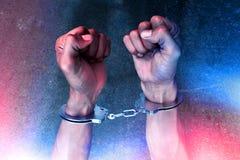 Mains dans des menottes sur la rue image libre de droits