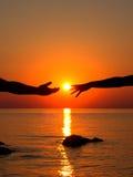 Mains dans l'amour dans le coucher de soleil Photo stock