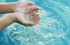 Mains dans l'eau Photographie stock libre de droits