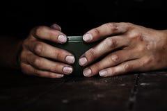 Mains dans l'obscurité Photo stock