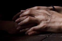 Mains dans l'obscurité Photographie stock libre de droits
