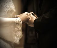 Mains dans la cérémonie de mariage Image stock