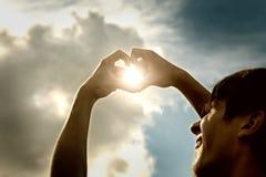 Mains dans la forme de coeur photographie stock libre de droits
