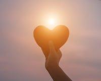 Mains dans la forme du coeur d'amour Images libres de droits