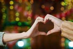 Mains dans la forme du coeur d'amour Photographie stock libre de droits