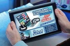 Mains dans le comprimé à un site Web avec un purcha de concept d'annonce Photos stock