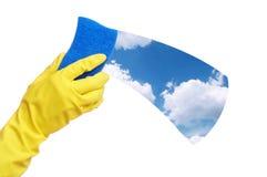 Mains dans le gant jaune avec l'éponge Images libres de droits