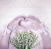 Mains dans les gants blancs de mariage sous forme de coeur Épouser l'escroquerie Image libre de droits