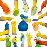 Mains dans les gants en caoutchouc faisant les travaux domestiques Photo libre de droits