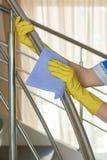 Mains dans les gants jaunes, nettoyant Photo libre de droits