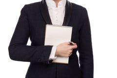 Mains dans un costume tenant Pen And Notebook photographie stock libre de droits
