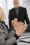 Mains de applaudissement à l'orientation sur businessmeeting Image stock