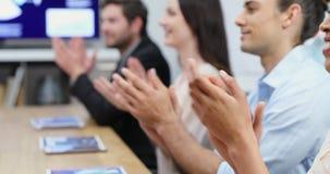 Mains de applaudissement d'équipe d'affaires au cours d'une réunion 4k clips vidéos