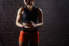 Mains de applaudissement d'athlète féminin avec la poudre de craie avant la formation de force photos stock