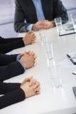 Mains de attente sur la réunion d'affaires au bureau image libre de droits