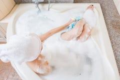 Mains de averse et de lavage de belle fille dans la baignoire photo stock