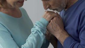 Mains de baiser de conjoint de son épouse aimée disant des mots de l'amour, embarras clips vidéos