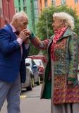 Mains de baiser de vieil homme de dame âgée dehors Image stock